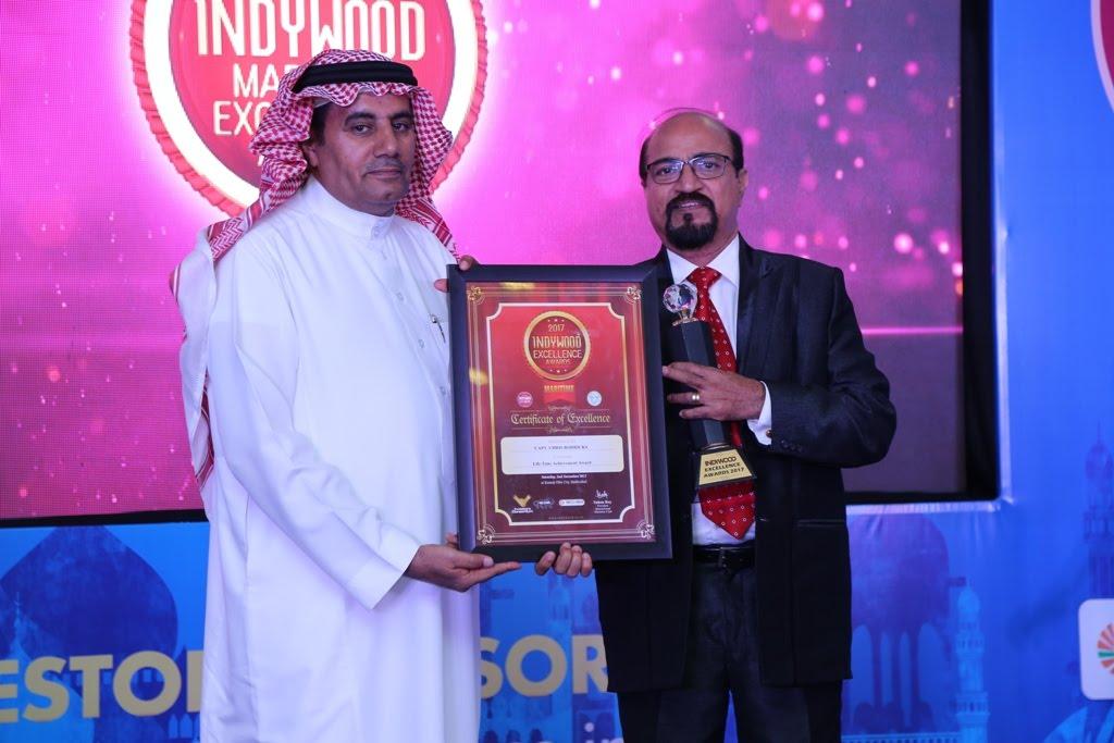 Mohammed Ibrahim Alqahthani presents the award to Chris Rodricks